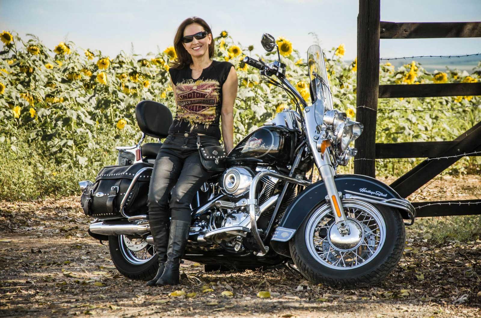 Ensaio Fotográfico Feminino em Holambra, com uma Harley Davidson nos Campos de Girassóis
